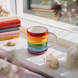 Taza con textura con los colores del arcoíris